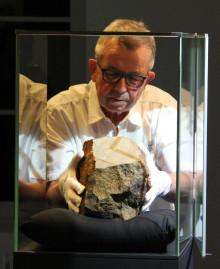 finder hansjörg bayer mit dem meteoriten©urmu 2020